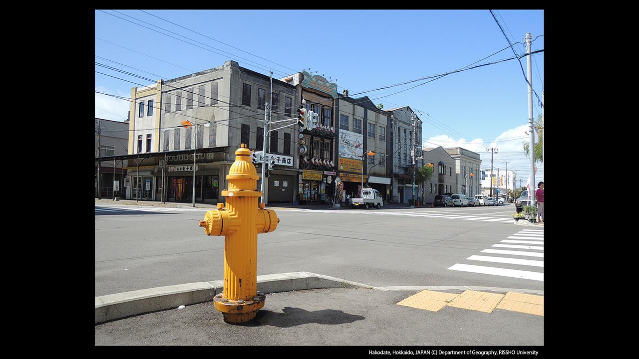 函館市銀座通りの町並みと消火栓