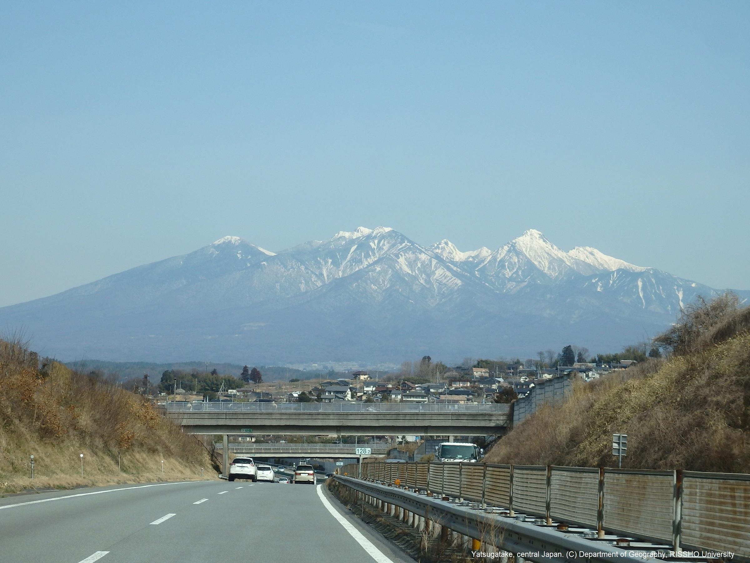 中央自動車道から眺める春の八ヶ岳連峰